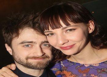 O ator Daniel Radcliffe com a namorada, a atriz