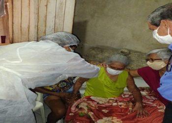 Aos 106 anos, dona Maurina Silva foi a primeira idosa a ser vacinada fora de asilos em Conceição de Macabu — Foto: Divulgação/Prefeitura de Conceição de Macabu