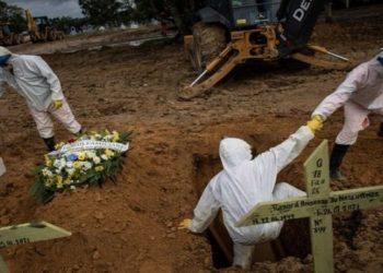 EPA/RAPHAEL ALVES Legenda da foto, Brasil tem quase 260 mil mortos por covid-19