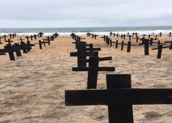 Mais de 500 cruzes foram colocadas nas areias da Praia dos Cavaleiros em Macaé, RJ, em um manifesto pelas vítimas da Covid-19 na cidade — Foto: Reprodução/Notícias Macaé