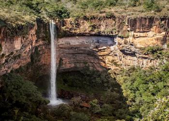 Em uma situação normal de nível hídrico, a cachoeira Véu de Noiva ostenta uma formosa queda d'água. (Foto: Getty Images)